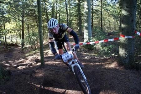 Sportsklassens Vinder, Christian Sloth fra Varde, tager den - helt korrekt - venstre om nøgen stamme midt på spor (foto: Brian Lykke)